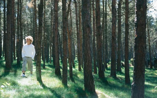 poika_metsassa